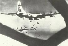 B-29 Superfortress wirft Brandbomben ab