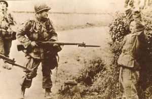 US-Fallschirmjäger nimmt Deutschen gefangen