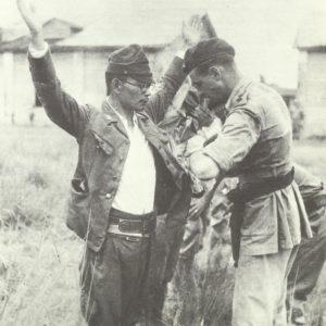 britischer Offizier durchsucht einen Japaner
