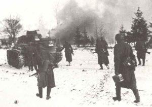 Fanzösische Soldaten mit Panzer IV im November 1943 nördlich der Pripjet-Sümpfe