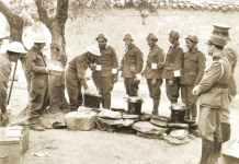 Tee und Brot für griechische Soldaten