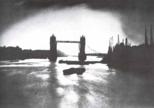 Silhouette der  Tower-Bridge vor den Bränden