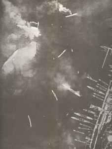 Der Innenhafen 'Mar Piccolo' von Tarent nach dem englischen Angriff mit Swordfish-Torpedobombern vom Flugzeugträger 'Illustrious' aus. Aus den zwei beschädigten Schweren Kreuzern links oben strömt Heizöl aus.