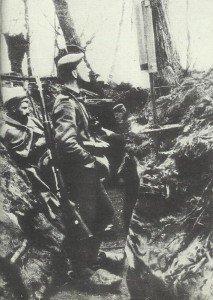 Deutsche Infanteristen im Schützengraben