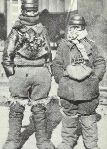 Flieger in arktischer Vermummung
