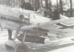 SC-250-Bombe (250kg) unter dem Rumpf einer Bf 109E