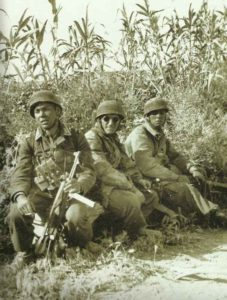 Zigarettenpause Fallschirmjäger auf Kreta