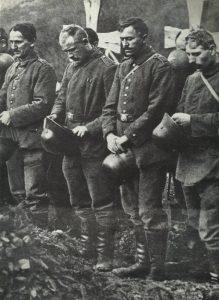 Deutsche Soldaten bei einer Beerdigung