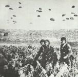 Fallschirmjäger landen auf Kreta