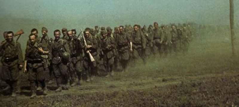 Truppen der  ungarischen 2. Armee auf dem Marsch