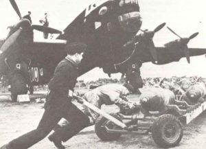 schwerer britischer Nachtbomber Handley Page Halifax wird mit 500-kg-Bomben beladen