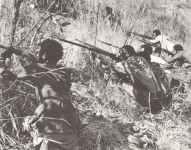 Äthiopische Guerillias beschießen ein italienisches Fort.