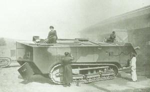 St.Chamond-Panzer wird mit Tarnfarbe bemalt