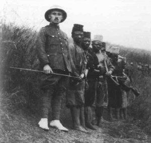 belgischer Leutnant mit seinen Soldaten