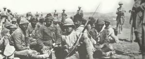 Britische Soldaten bewachen türkische Kriegsgefangene