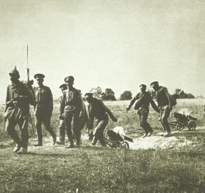 deutscher Soldat führt eine Gruppe russischer MG-Schützen