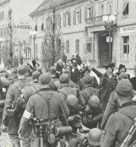Volksdeutsche empfangen Truppen