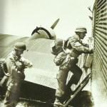 Fallschirmjäger besteigen eine Ju 52
