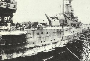 Schlachtschiff 'Warspite' zu Reparaturen im Trockendock