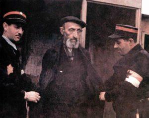 Jude wird von zwei Mitgliedern der jüdischen Ghettopolizei von Lodz festgenommen