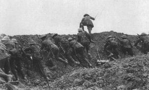 Offizier führt eine Gruppe britischer Infanterie zum Angriff