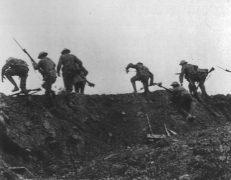 Britische Infanterie tritt an der Somme zum Angriff aus ihren Gräben an