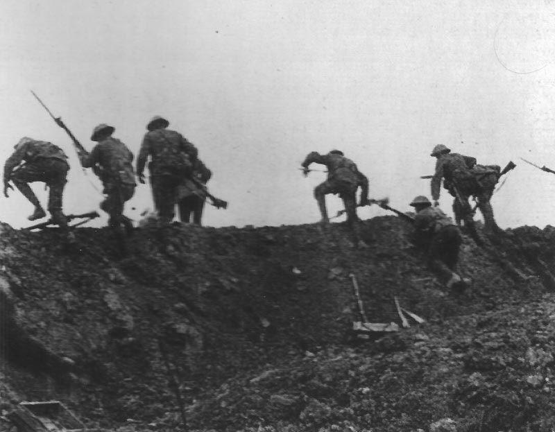 Britische Infanterie tritt am ersten Tag der Svhlacht an der Somme zum Angriff an