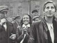 Jubelnd begrüßt die Bevölkerung den deutschen Einmarsch