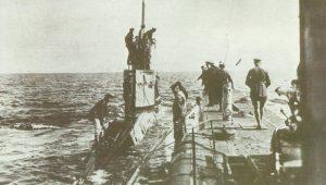 'U 35' erhält Besuch durch ein kleines UB-Küsten-U-Boot.
