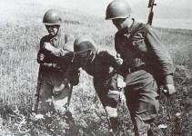 Russische Soldaten mit Verwundeten