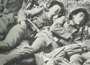 Erschöpfte Soldaten halten einen kurzen Schlaf