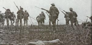 Britische Infanterie greift durch Stacheldraht an
