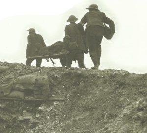 Britische Träger bringen einen Verwundeten aus den Kämpfen