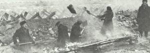 Einwohner Moskaus beim Errichten von Sperren.