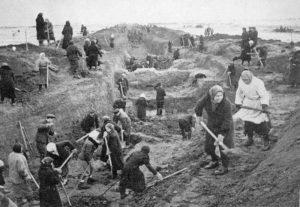 Einwohner von Moskau beim Bau von Panzergräben