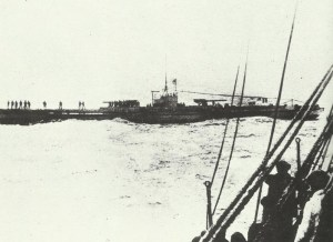 U-Boot stoppt Frachtschiff