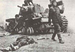 Besatzungsmitglieder eines abgeschossen russischen schweren KW-1A Panzers bergen die Munition