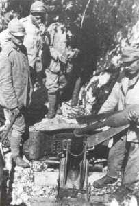 italienischer 56-mm-Granatwerfer wird geladen.