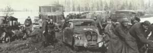 steckengebliebenes Fahrzeug im Schlamm vor Moskau