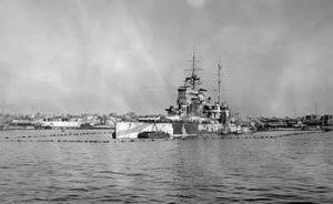 Schlachtschiff HMS Queen Elizabeth im Hafen von Alexandria