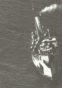 alliiertes Handelschiff versinkt