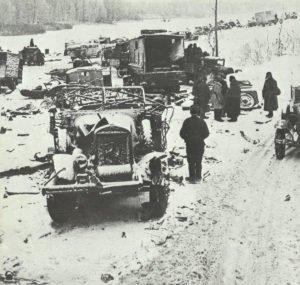 Russen durchsuchen die Überreste einer deutschen Kolonne