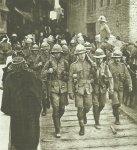 Britische Soldaten marschieren in Kut ein