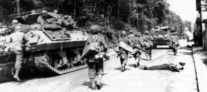 US-Infanterie von XX. Korps, unterstützt von einem M10 Jagdpanzer,