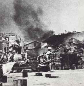 Japanische Truppen besetzen den Bahnhof von Rangun.