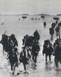 Japanische Truppen waten an die Küste.