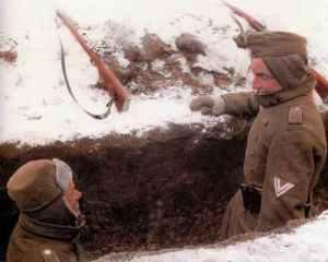 Deutsche Soldaten im Schützengraben an der Ostfront.