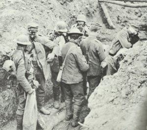 Kanadische Soldaten haben eine deutsche Grabenbesatzung überwältigt