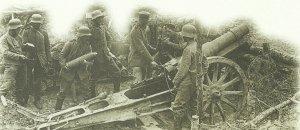 deutsche 15-cm-Haubitze wird während der Nivelle-Offensive