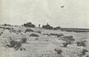 Stuka überfliegt Panzer